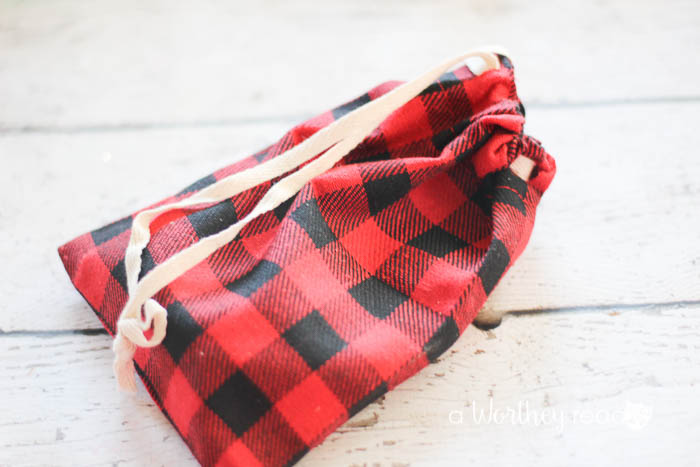 Homemade gifts are the best kind. We do quite a few road trips, and I'm always looking for ways to keep the boys occupied. Here's an easy homemade gift idea to make for someone on your list. OR, if you have kids, this DIY game idea can keep them busy!  DIY Rustic Game Pouch {great for traveling with kids}