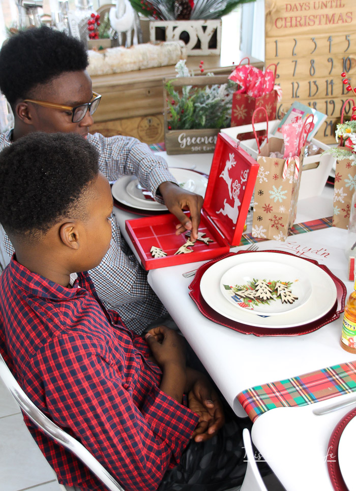 Ways to keep kids entertained during the holiday dinner