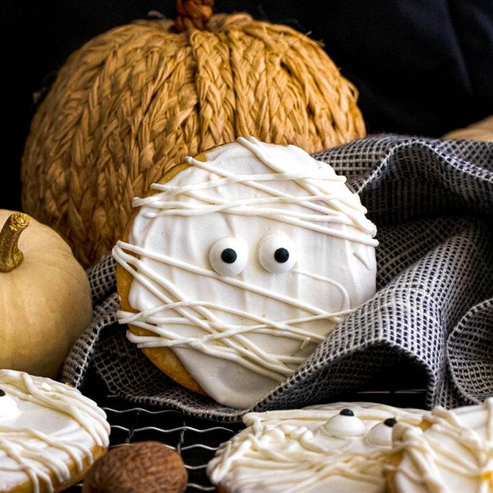 Mummy Shortbread Cookies with Vanilla and Cinnamon